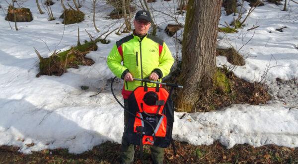 Nationalpark-Forstwirt Klaus-Dieter Kahn mit Löschrucksack, Foto NpH